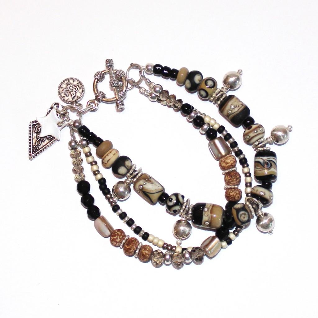 Klimperarmband, Hippiearmband in Schwarz-Natur-Silber-Tönenaus Glasperlen, Silberperlen und witzigen Anhängern