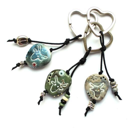Schlüsselanhänger aus Muranoglas in Steinoptik mit graviertem Stierkopf Emblem