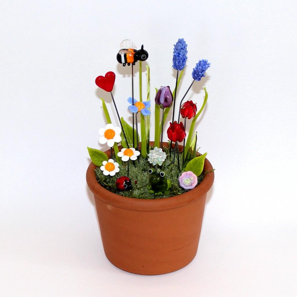Bunte Wiese mit Blumen, Frosch, Hummel, Marienkäfer im Tontopf mit Moos