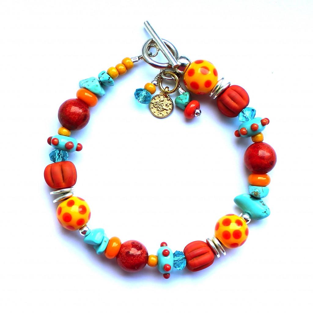 Armband mit Koralleperlen, Kürbisperlen aus Muranoglas, echtem Türkis und getupften Perlen aus venezianischem Glasm