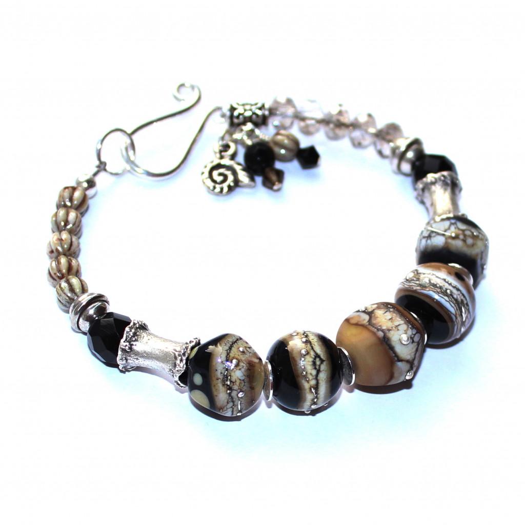 Armband mit schwarz-ecrú-naturfarbenen Glasperlen aus Muranoglas und schönen versilberten Walzen, Glasschliff- und Druckperlen aus Tschechien. Hakenverschluss