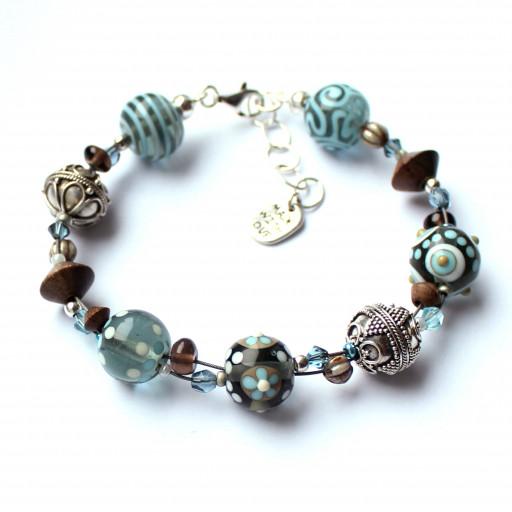 Armband aus Glasperlen in hellblau, blaugrau, ecrú und elfenbein, aus Muranoglas, mit Holzperlen, Glasschliffperlen, Kokos und Silberperlen aus Bali.