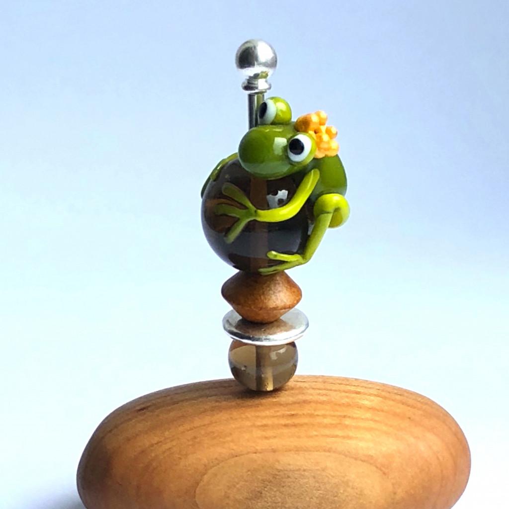 Briefbeschwerer, Schreibtischdeko Froschkönig am Stab auf Holz