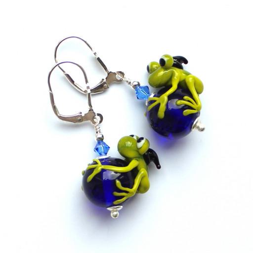 Frosch-Ohrringe mit kleinen grünen Fröschen und Zauberhut, Swarovskikristallen und Silberbrisuren