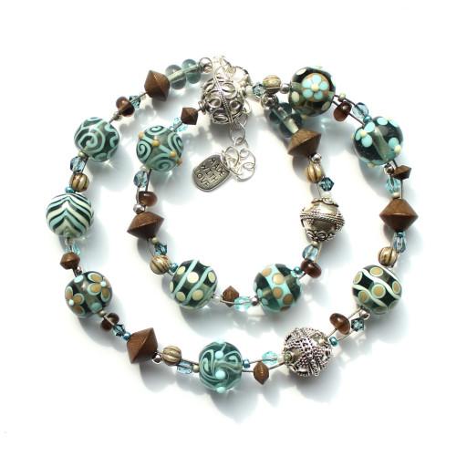 Kette aus Muranoglasperlen in den Farben graublau, ecrú, hellblau und natur; mit 925er Silberperlen und Kokosperlen sind ebenfalls eingearbeitet.