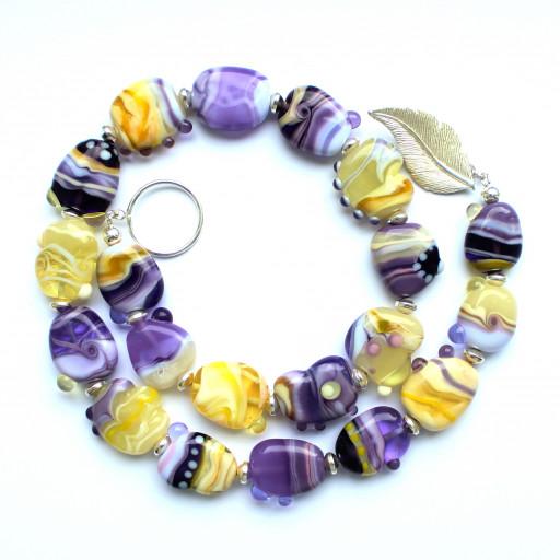 Kette mit flachen asymmetrischen Perlen aus Glas in Lila- und Gelbtönen (Flieder, Vanille)