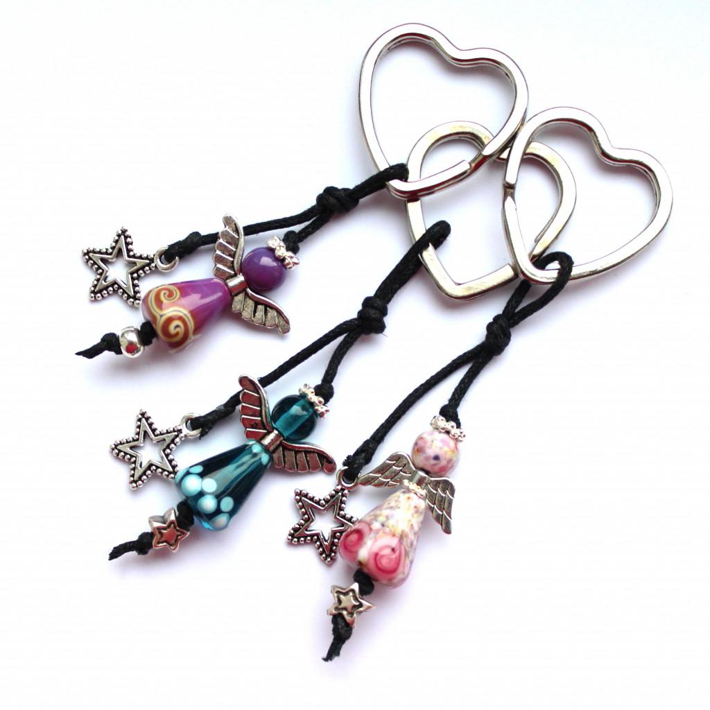 Schlüsselanhänger mit Glasengeln in den Farben rosa, pink und petrol, verziert mit Sternchen am Herz-Schlüsselring