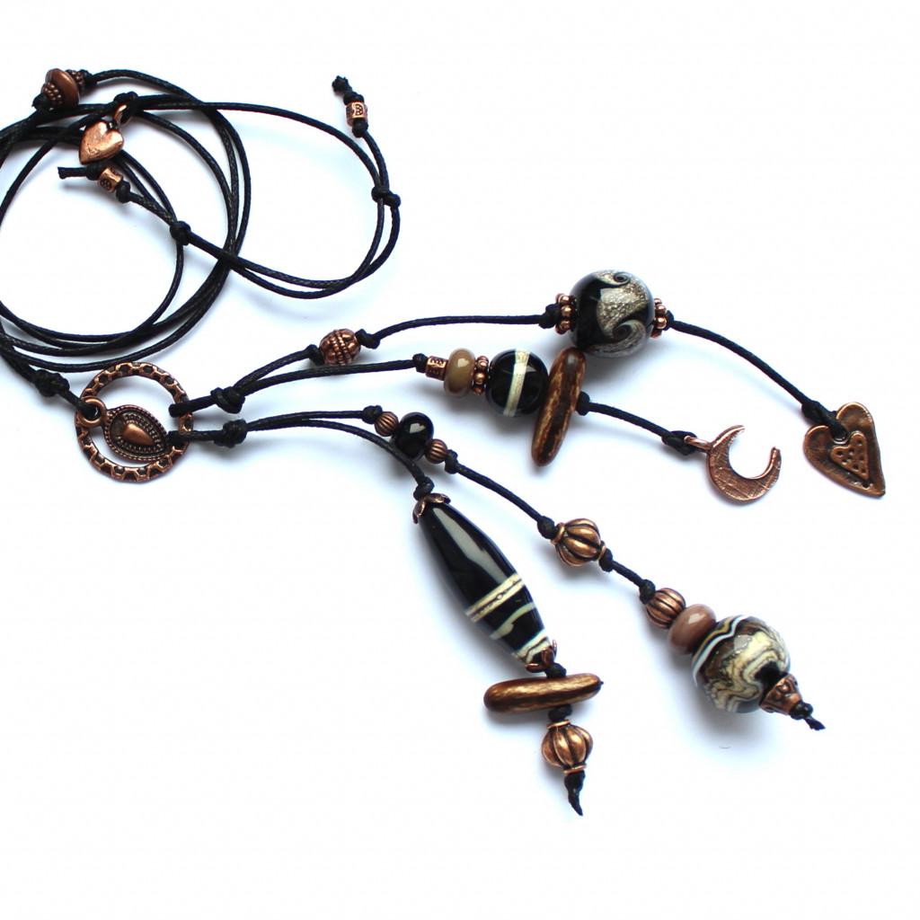 Lange Kette mit vielen interessanten Glasperlen in schwarz-natur und schönem Kupferzubehör