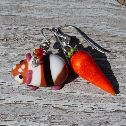 Ohrringset, bestehend aus Merrschweinchen und Karotte, gefertigt aus Muranoglas und Sterlingsilber