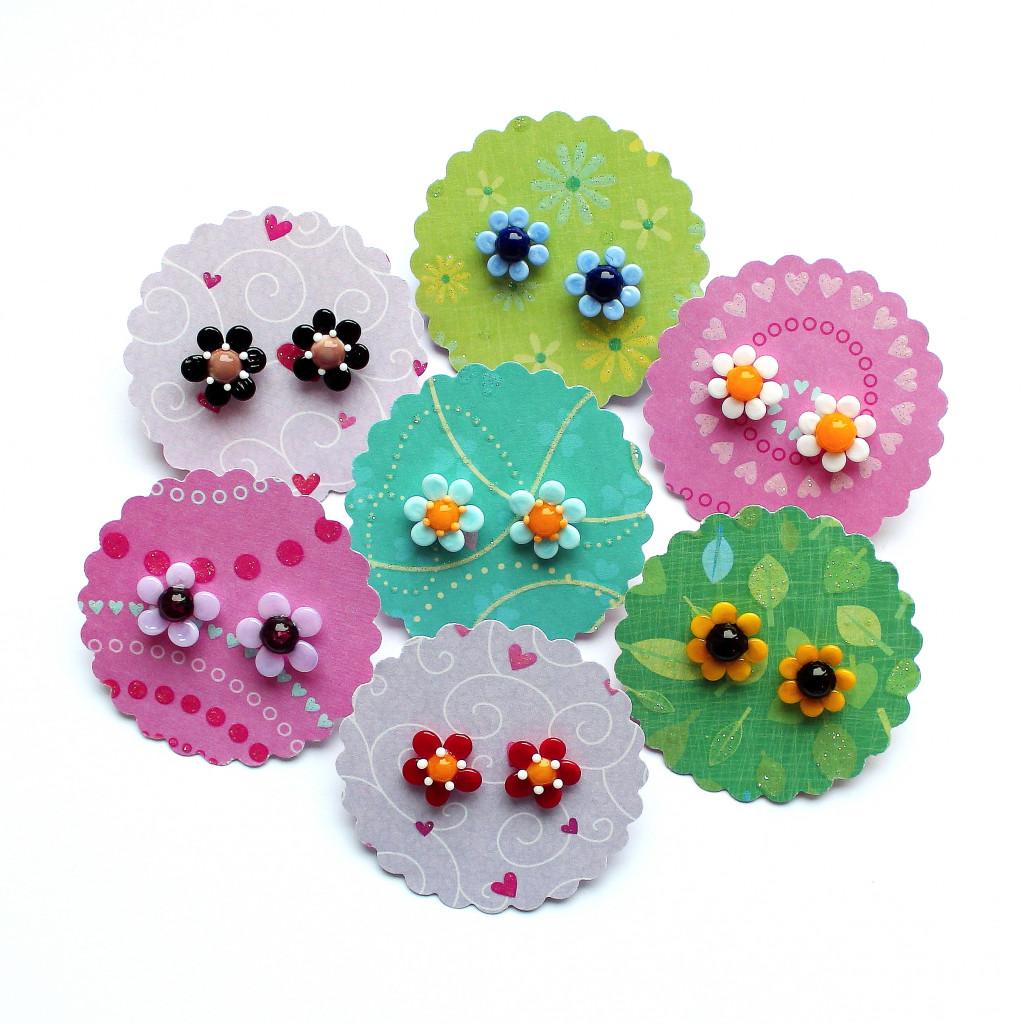 Blüten-Ohrstecker in verschiedenen Farben aus Muranoglas und chirurgischem Ederstahl; Allergiker geeignet