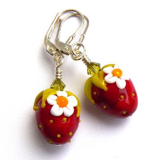 Erdbeeren mit kleinen Erdbeerblüten hängen an Ohrhaken aus Sterlingsilber