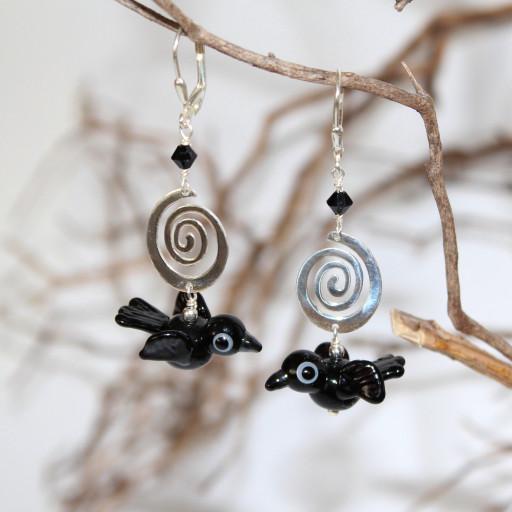 Raben-Ohrringe mit )25er Silberbrisuren, Ohrhaken, aus Muronoglas gefertigt;