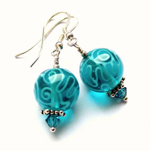 Ohrringe mit Glasperlen, die mit Kringelmuster oder Schnörkselmuster verziert sind, aus Muranoglas bestehen und an Sterlingsilbernen Ohrhaken hängen