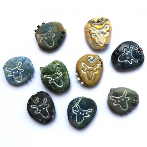 Glastaler aus Muranoglas und Emaillepulver, die das Symbol des Ochsenkopfes im Fichtelgebirge imitieren