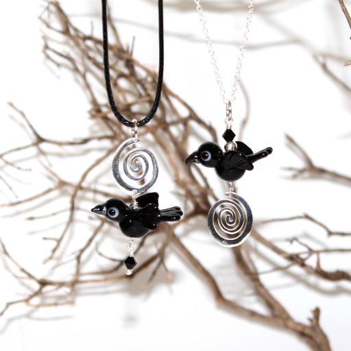 Kettenanhänger mit Raben aus Muranoglas und Spiralen aus 925er Silber und schwarzen Swarovskikristallen