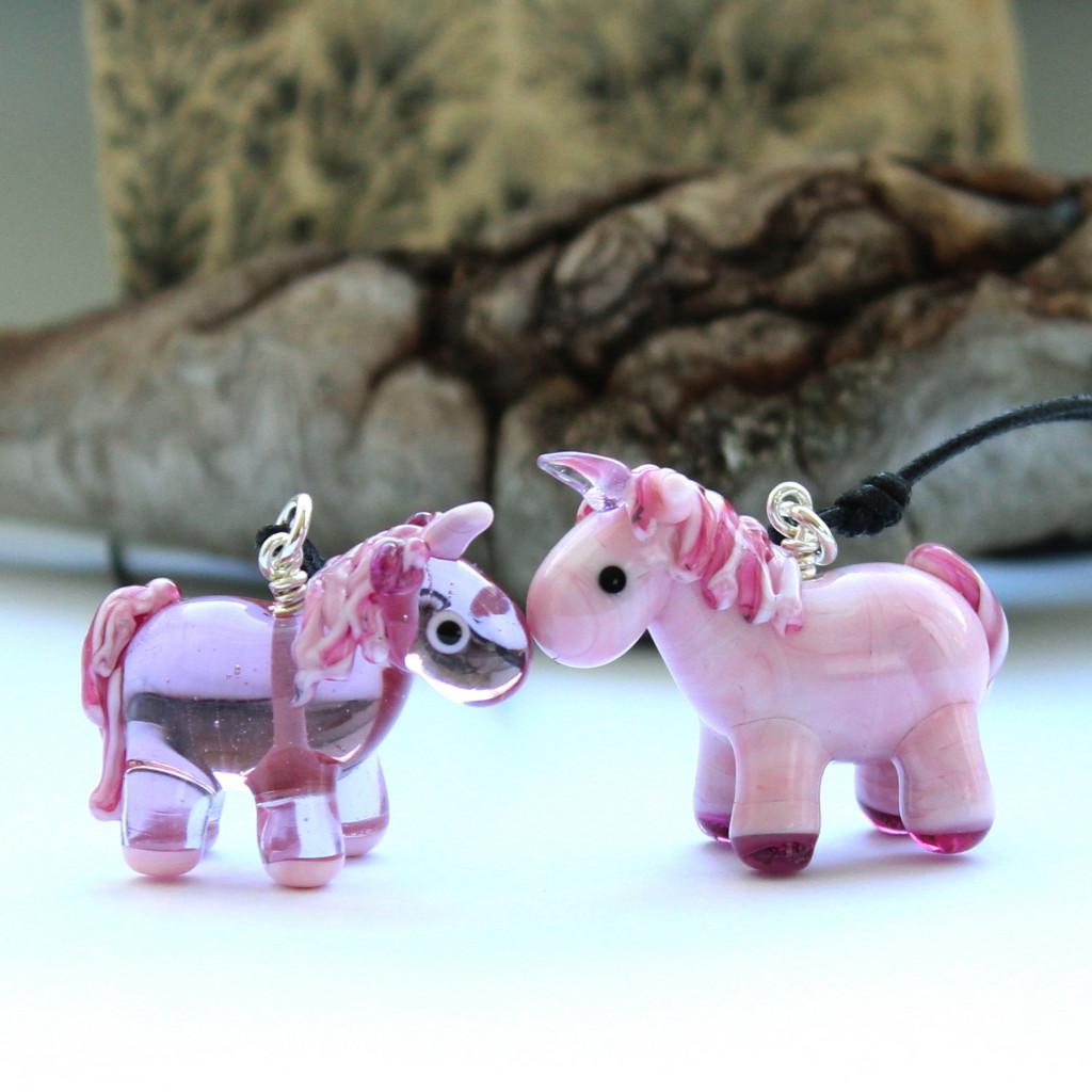 Rosa Einhörner aus Muranoglas zu Anhängern verarbeitet