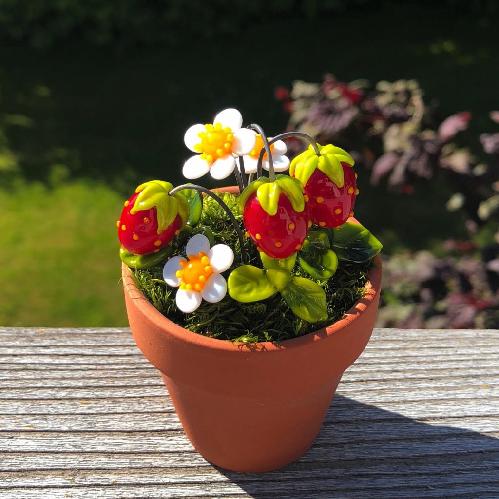 Tontopf mit Moos und Erdbeeren, Erdbeerblüten und Erdbeerblättern aus Muranoglas, Glas