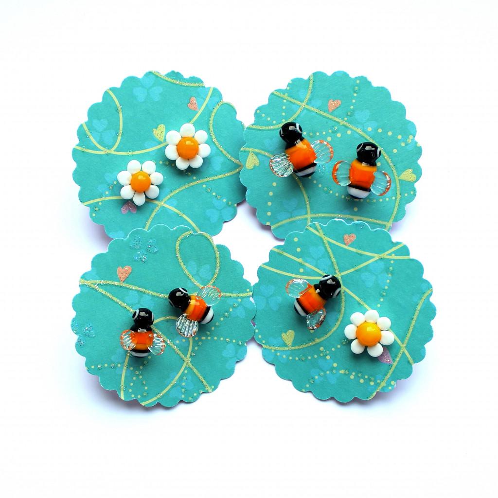 Ohrstecker aus Edelstahl mit kleinen Hummeln und Blüten aus Muranoglas, italienischem Glas, am Brenner gefertigt
